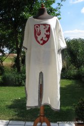 Wappenrock mit Borte und aufgesticktem Wappen