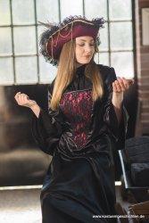 Piratin schwarz rot Barock